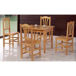 Conjunto de mesas y sillas rústicas.