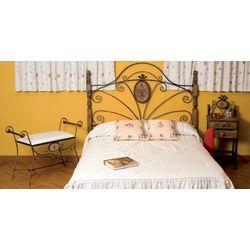 Dormitorio de matrimonio rústico. Forja y madera.